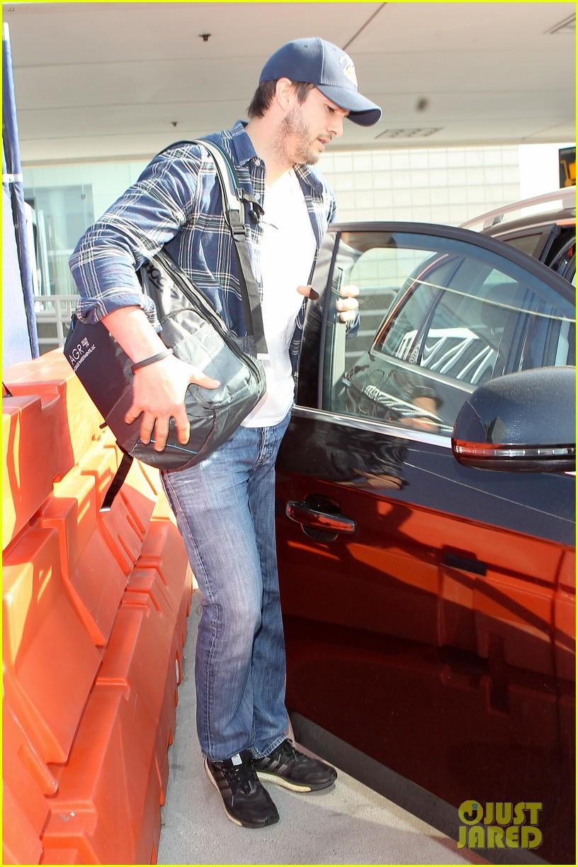 pregnant mila kunis ashton kutcher arrive home for easter 103095342