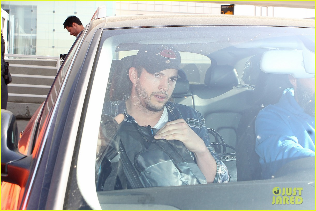 pregnant mila kunis ashton kutcher arrive home for easter 18
