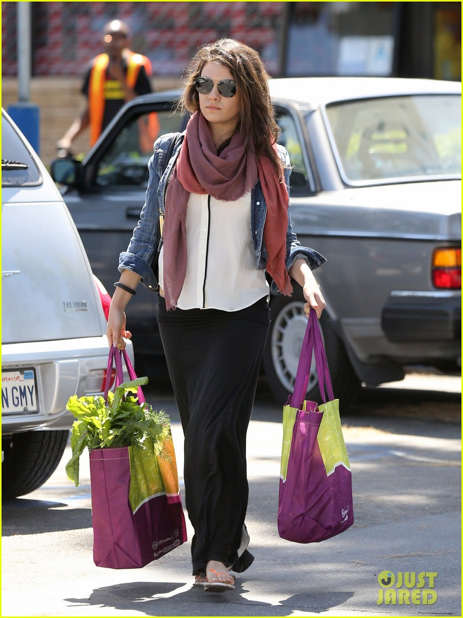 pregnant mila kunis shows off tiny baby bump 083086448