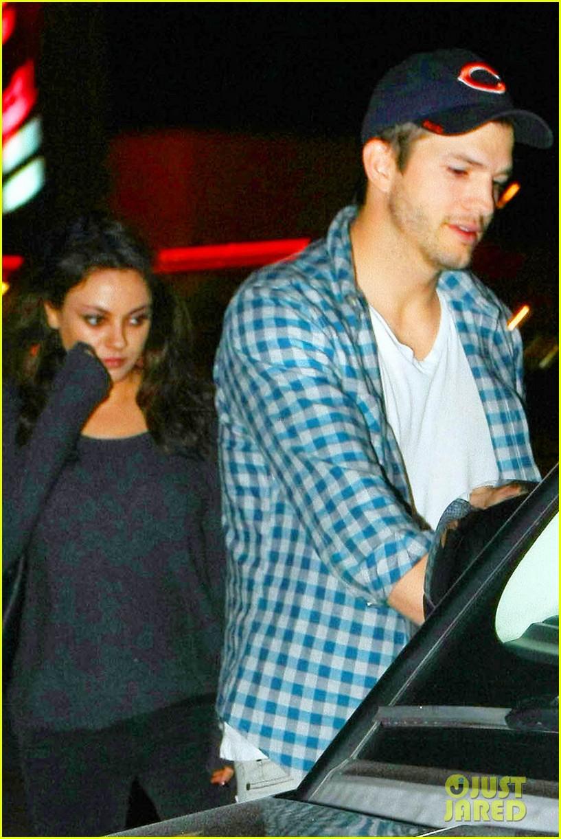 ashton kutcher flies home to pregnant fiancee mila kunis 023090695