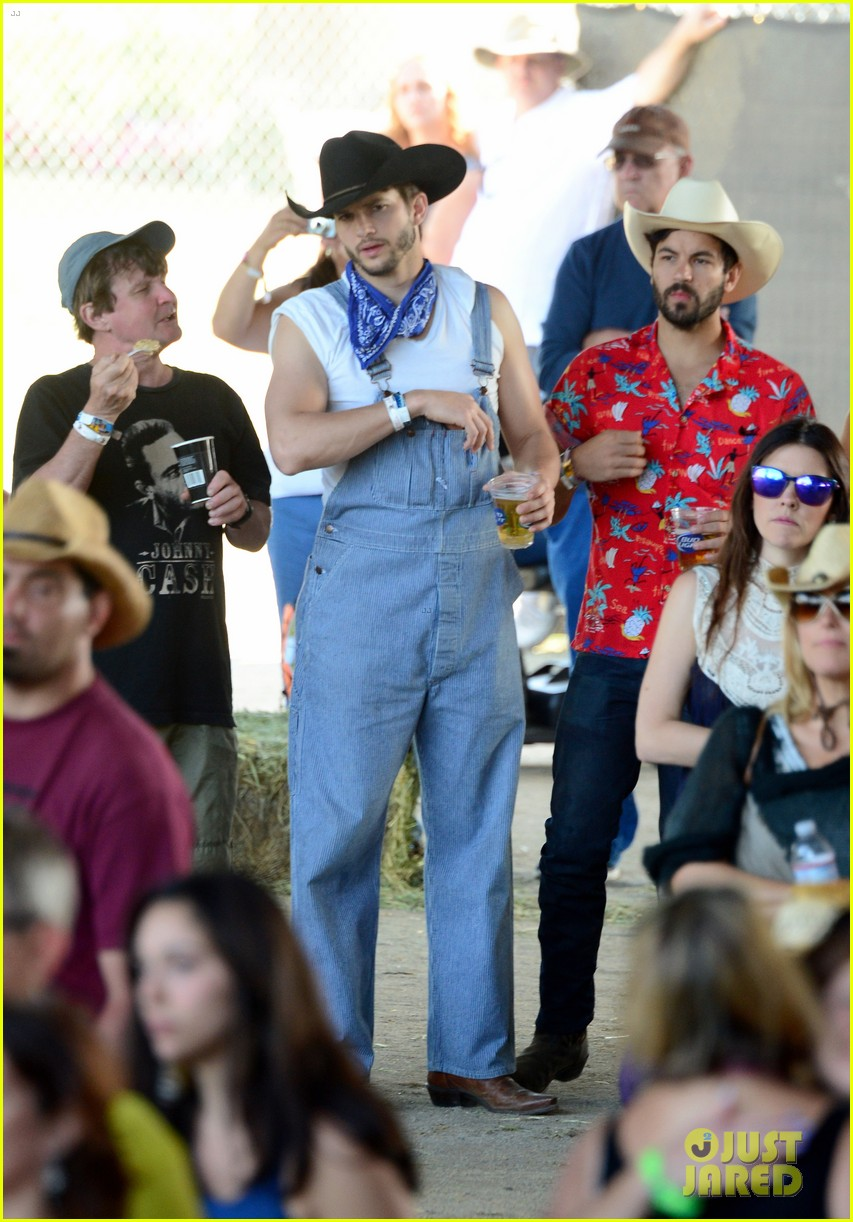 ashton kutcher hillbilly stagecoach festival pregnant mila kunis 013099928