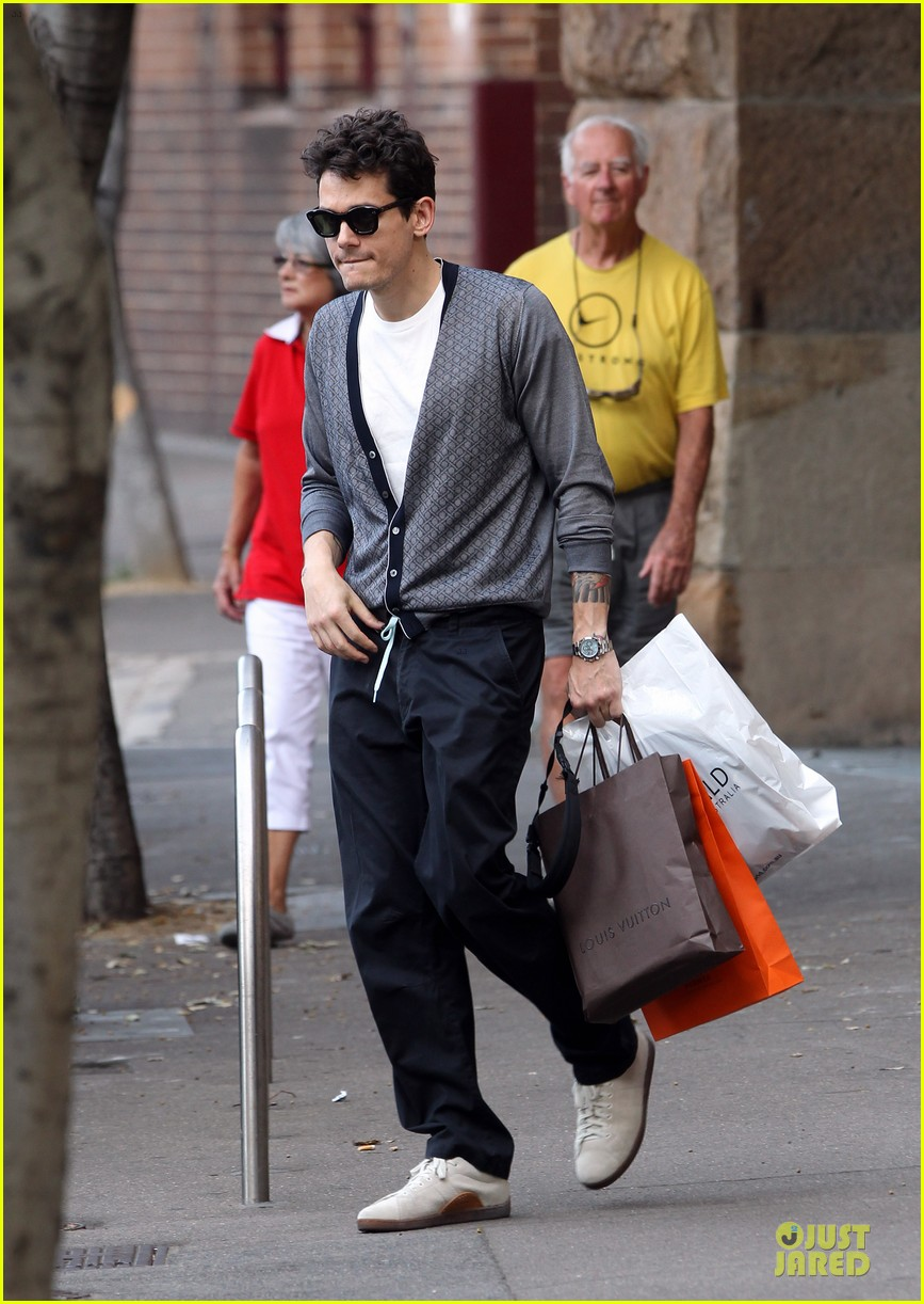 john mayer multitasking shopper in australia 05