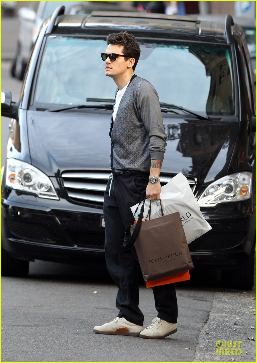 john mayer multitasking shopper in australia 10