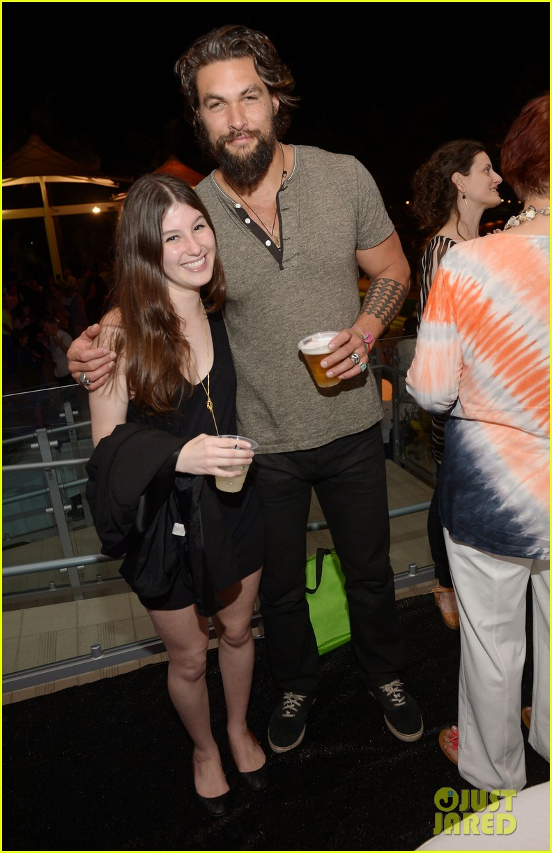 jason momoa proves master at posing for fan photos 013090849