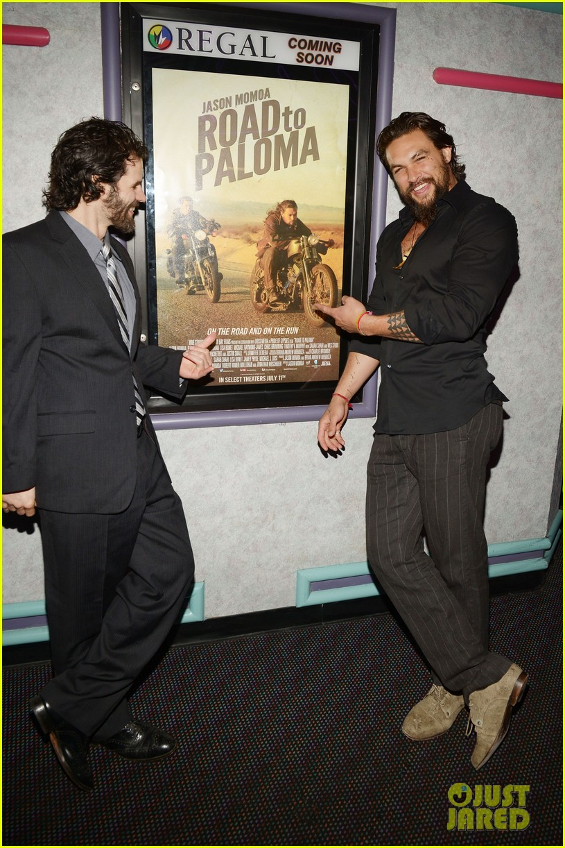 jason momoa proves master at posing for fan photos 14