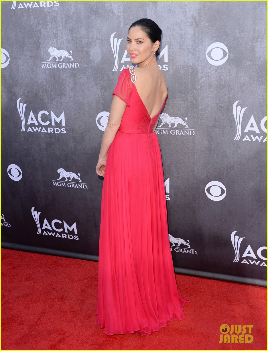 olivia munn shows us lots of leg at acm awards 2014 05