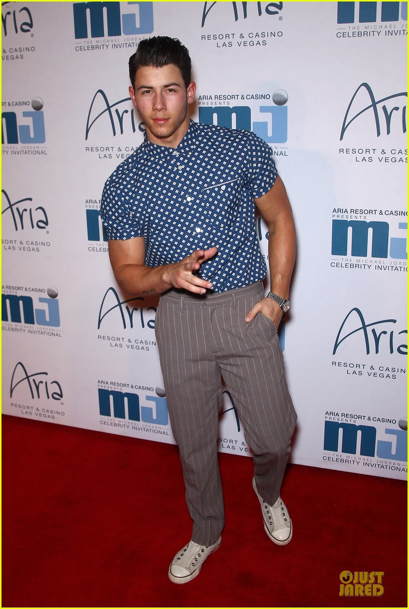 nick jonas bulging muscles pop out in vegas 01