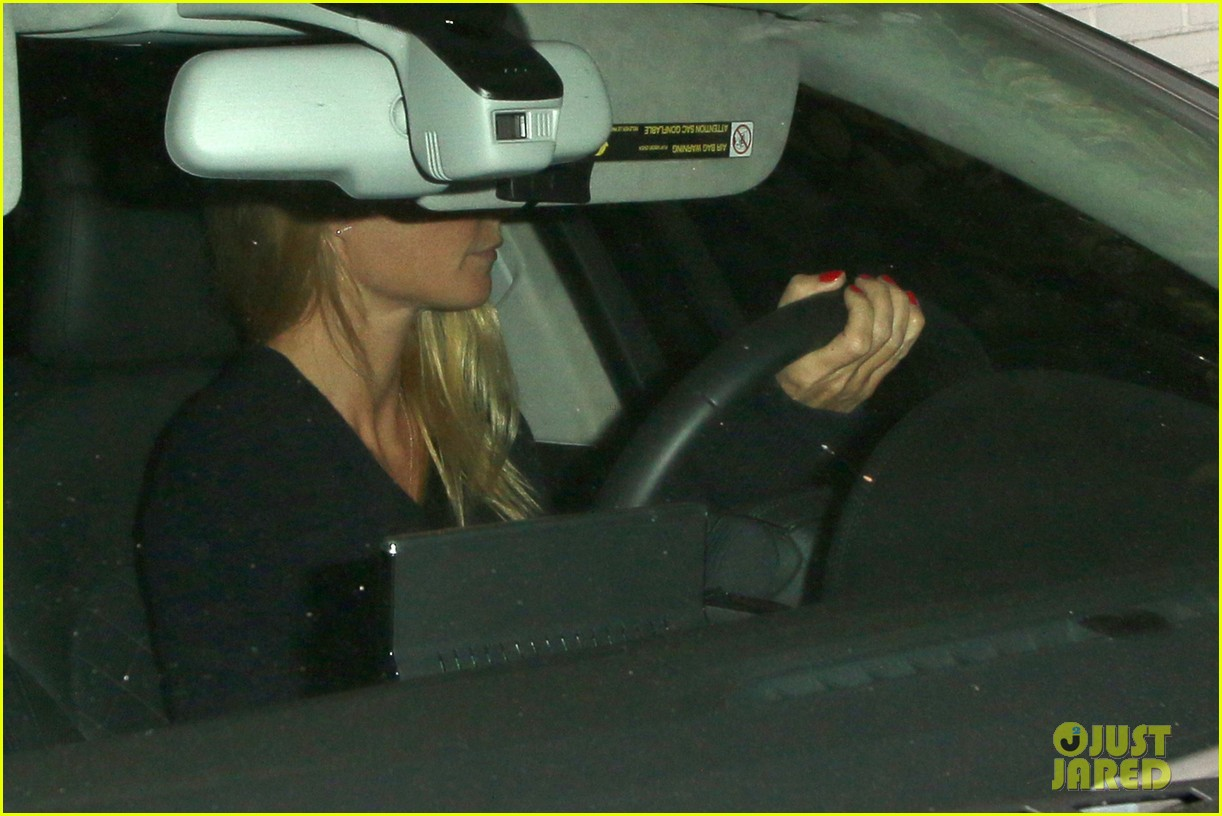 gwyneth paltrow takes off wedding ring for night out 01