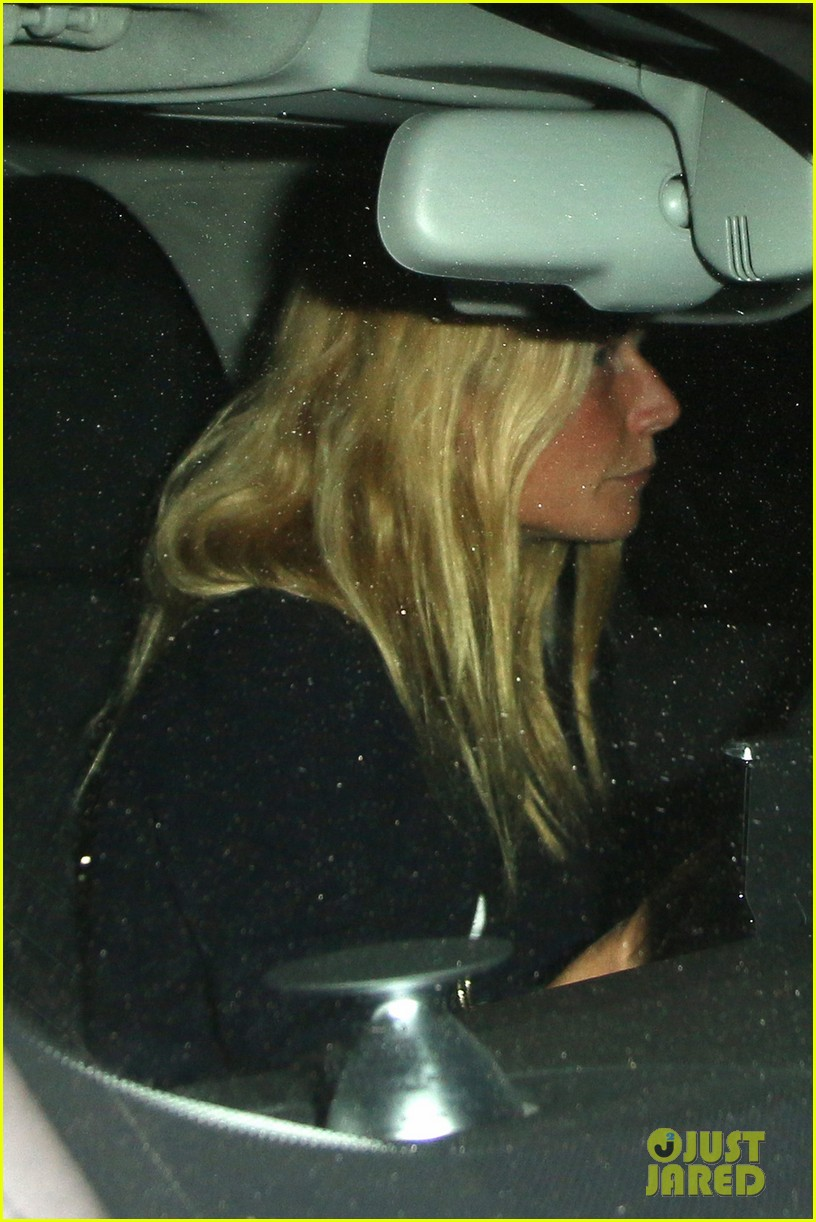 gwyneth paltrow takes off wedding ring for night out 023088399