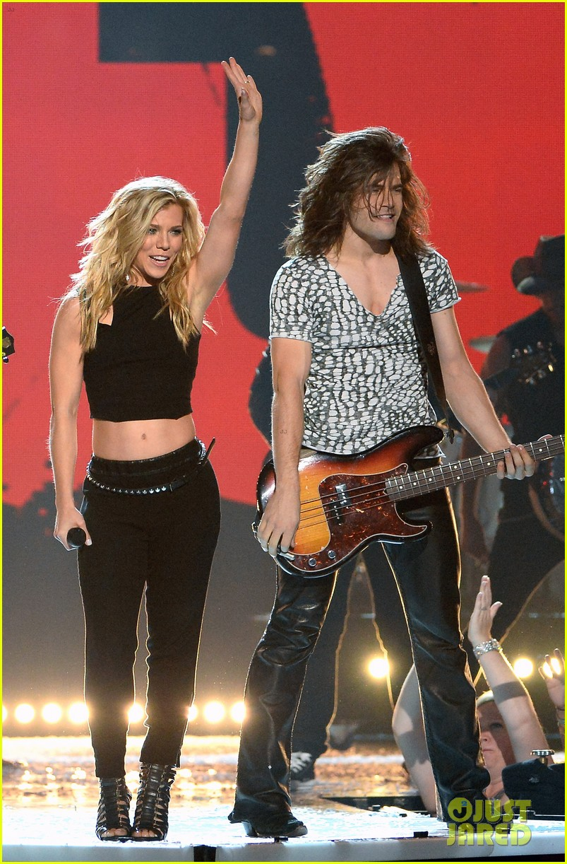 band perry performs chainsaw at acm awards 2014 02