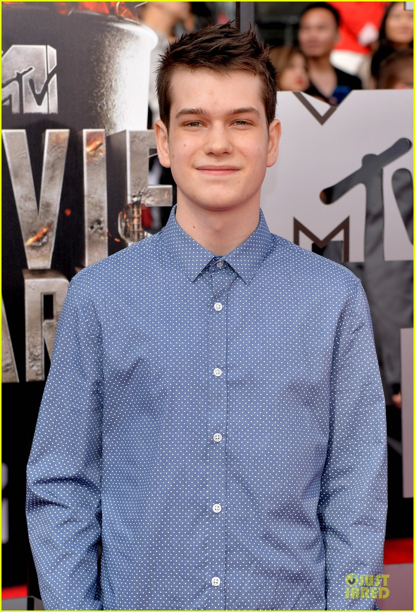 will poulter wins mtv movie awards 2014 04