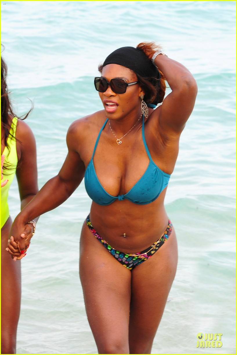 serena williams embracing boobs in fitness 09