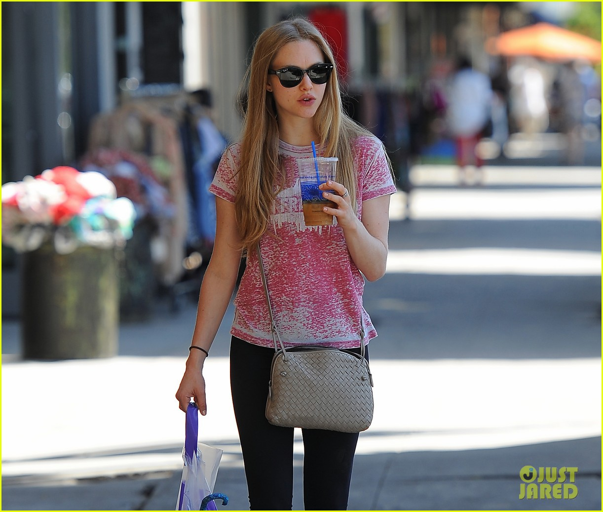 amanda seyfried admits shes shy 01