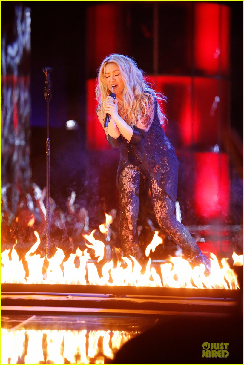 shakira performs empire on the voice 05