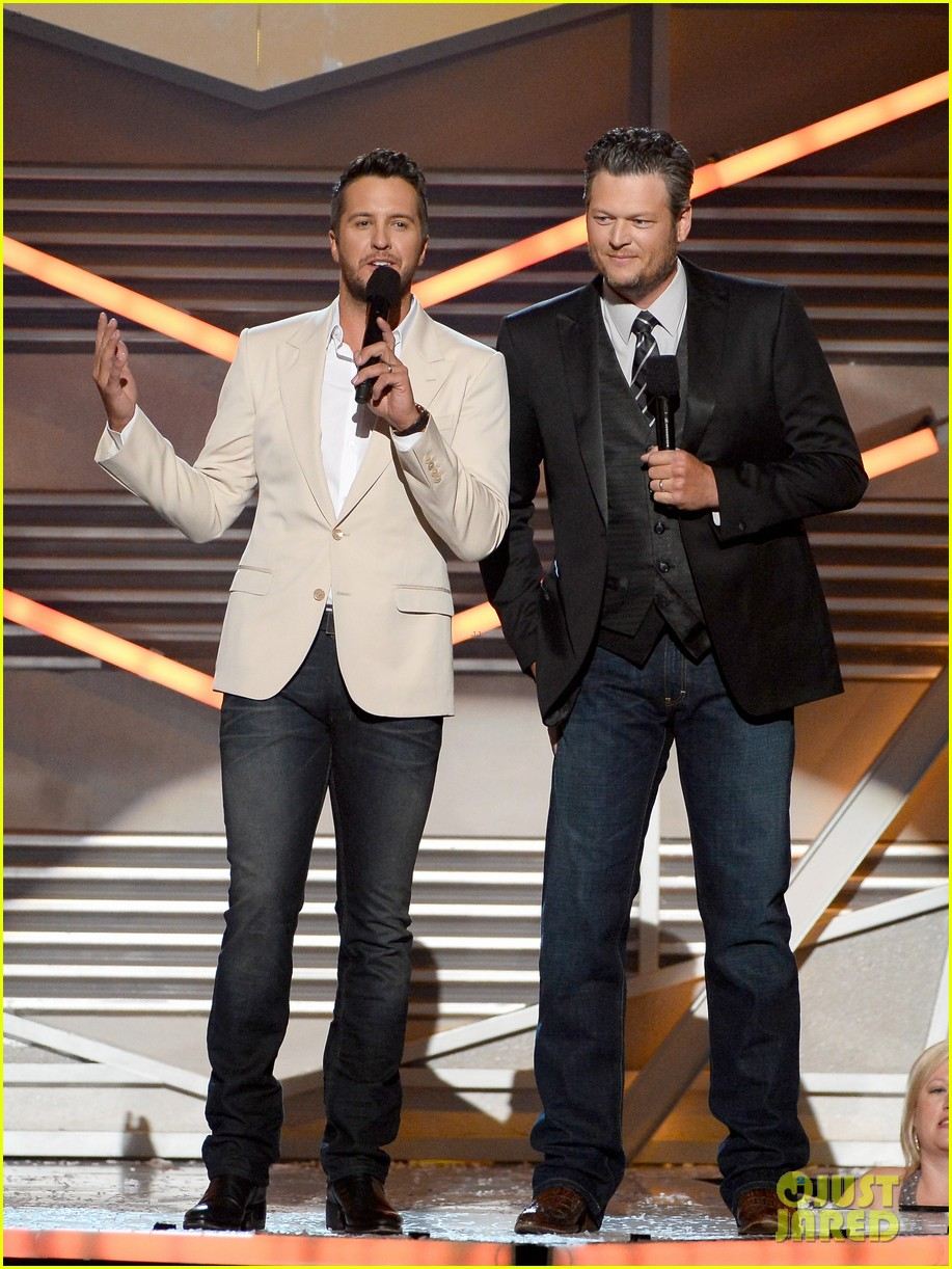 blake shelton disses britney spears at acm awards 2014 023085843