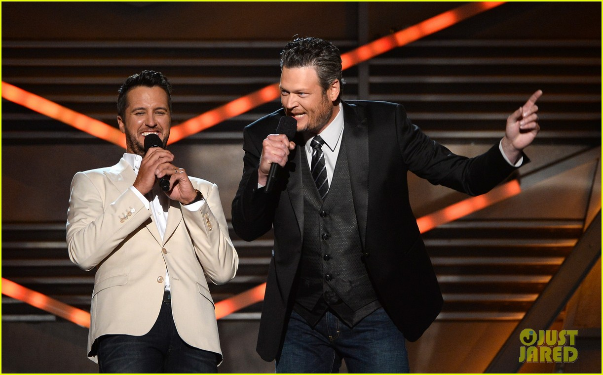 blake shelton disses britney spears at acm awards 2014 093085850