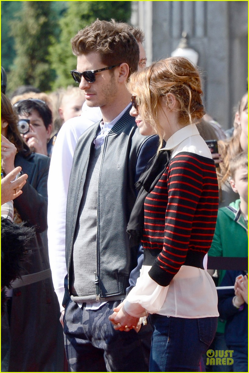 emma stone andrew garfield hold hands at disneyland 07
