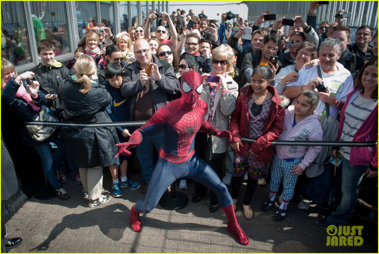 http://cdn04.cdn.justjared.com/wp-content/uploads/2014/04/stone-esb2/emma-stone-brings-her-bangs-to-the-empire-state-building-with-spiderman-cast-08.jpg
