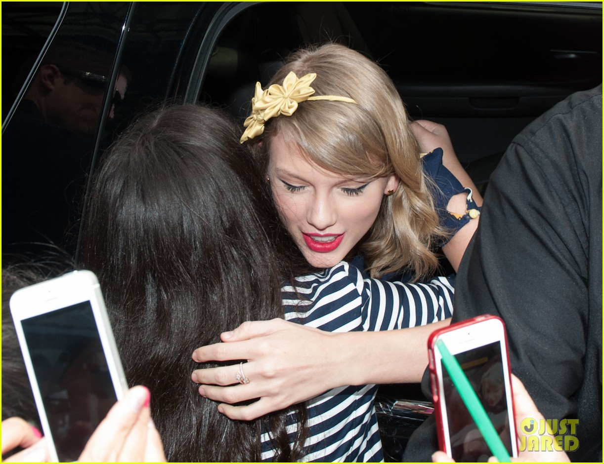 taylor swift celebrates earth day by going flower shopping 14