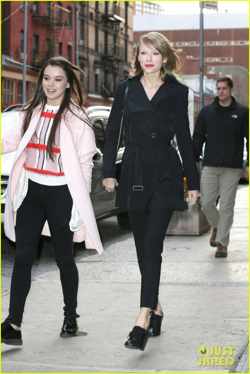 taylor swift hailee steinfeld get caught in the wind 18