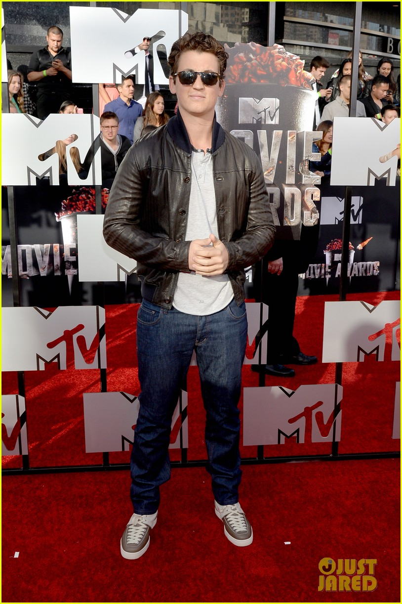 miles teller is all about the shades on the mtv movie awards red carpet 2014 05