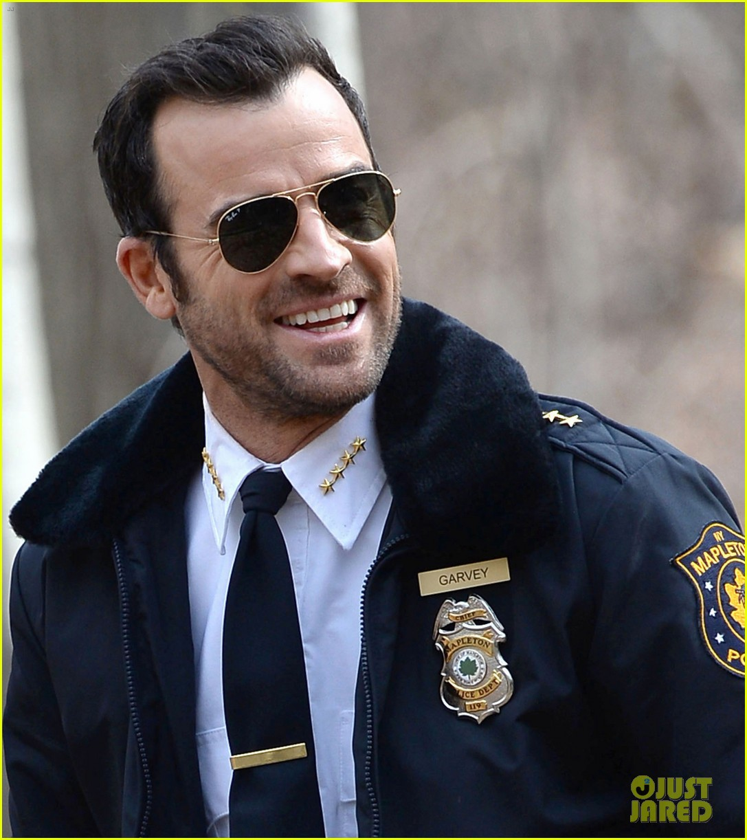 justin theroux looks all kinds of good in his police uniform for the leftovers 033083302