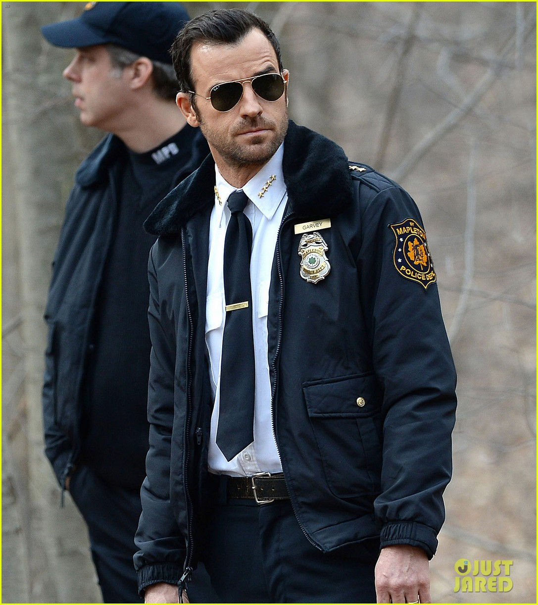 justin theroux looks all kinds of good in his police uniform for the leftovers 04