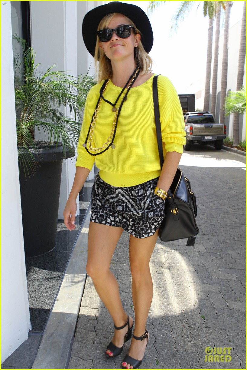 reese witherspoon epitome of spring fashion 023087062