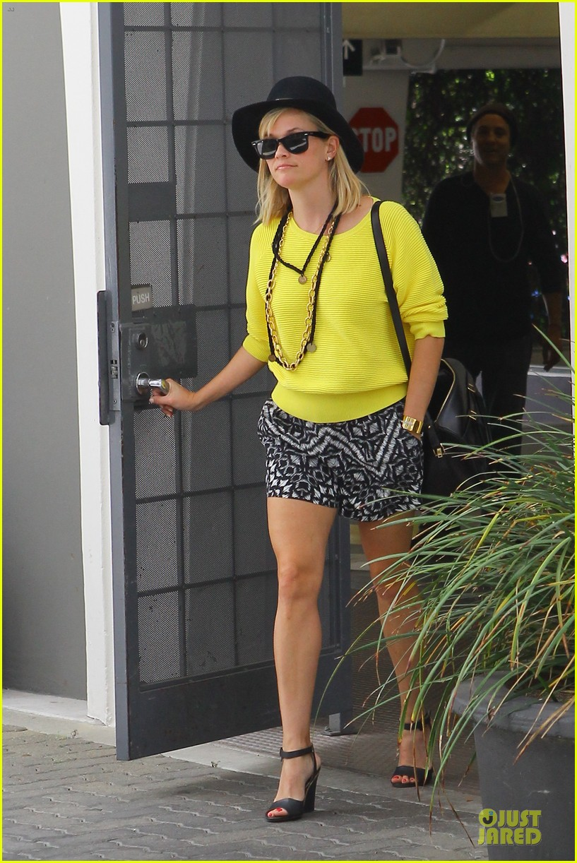 reese witherspoon epitome of spring fashion 033087063