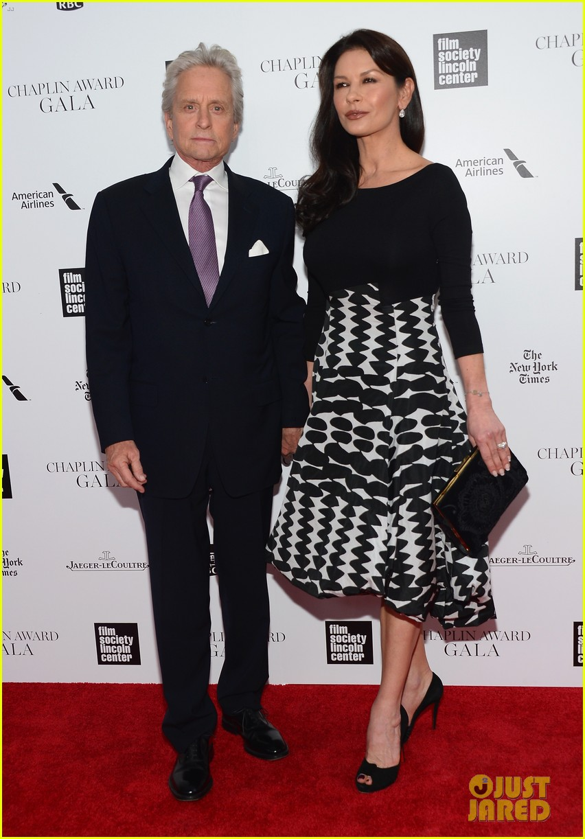 catherine zeta jones michael douglas hold hands red carpet 08