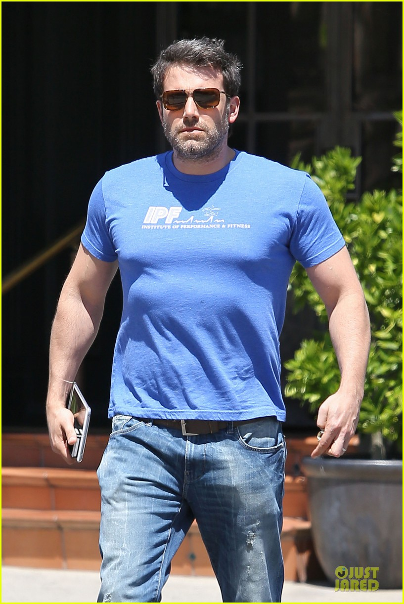 ben affleck buff body in tight tee 06