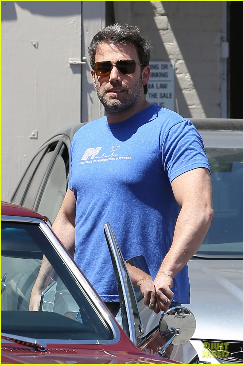 ben affleck buff body in tight tee 08