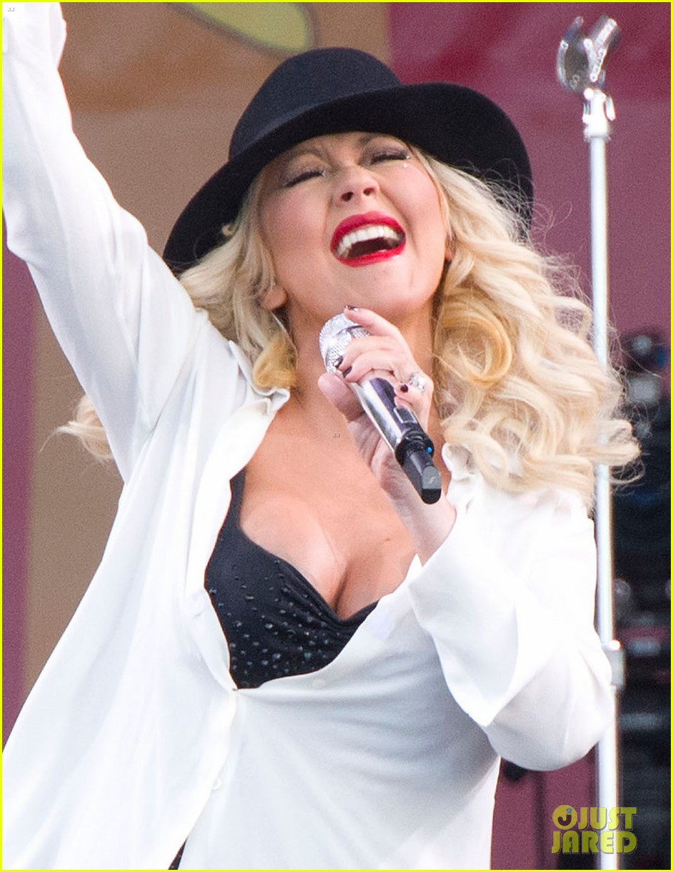 pregnant christina aguilera performs at new orleans jazz heritage festival 023104113