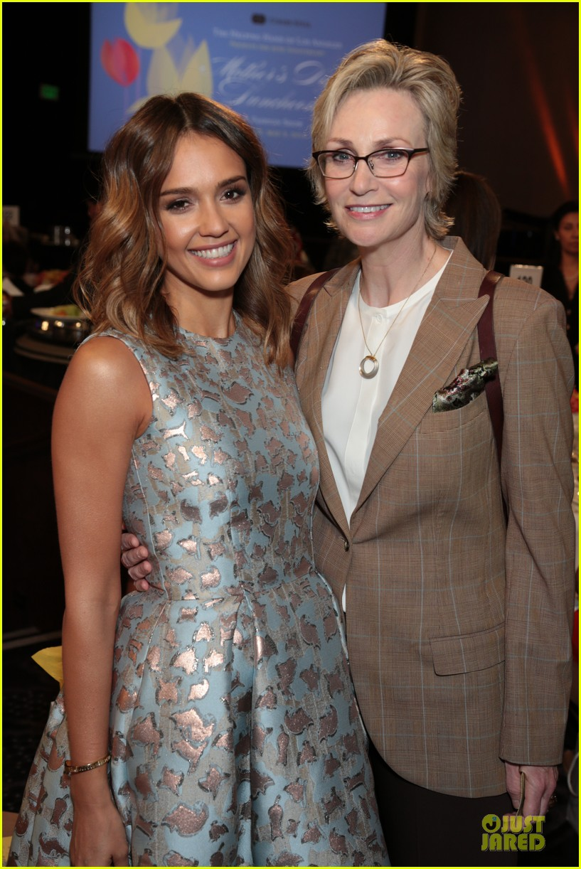 jessica alba mother of the year at luncheon 02