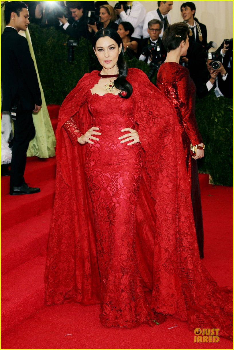 monica bellucci red cape met ball 2014 01