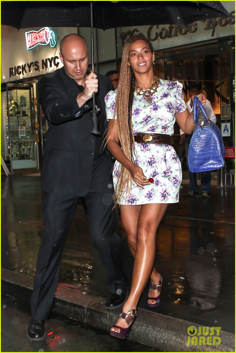 beyonce cant stop smiling caught in the rain 09