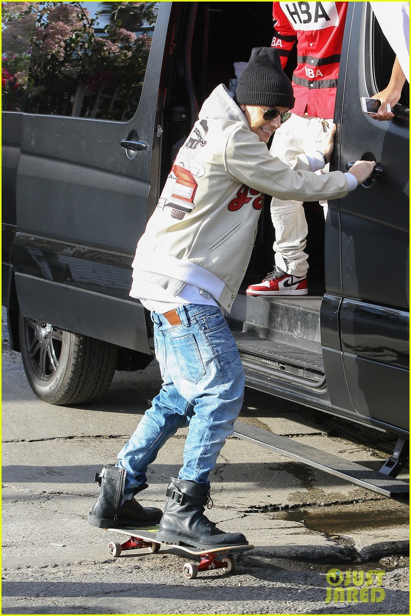 justin bieber holds onto van while riding skateboard 083110456