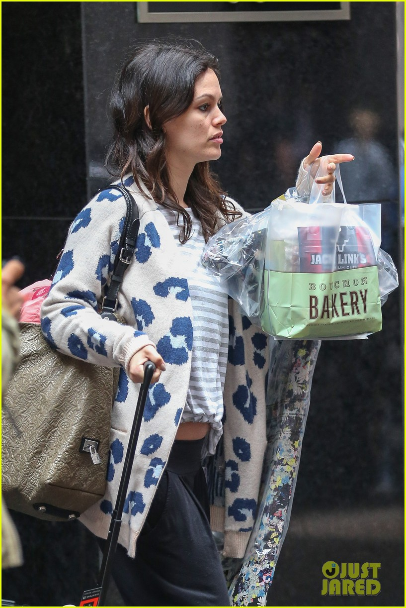 rachel bilson hayden christensen check out of their hotel 11