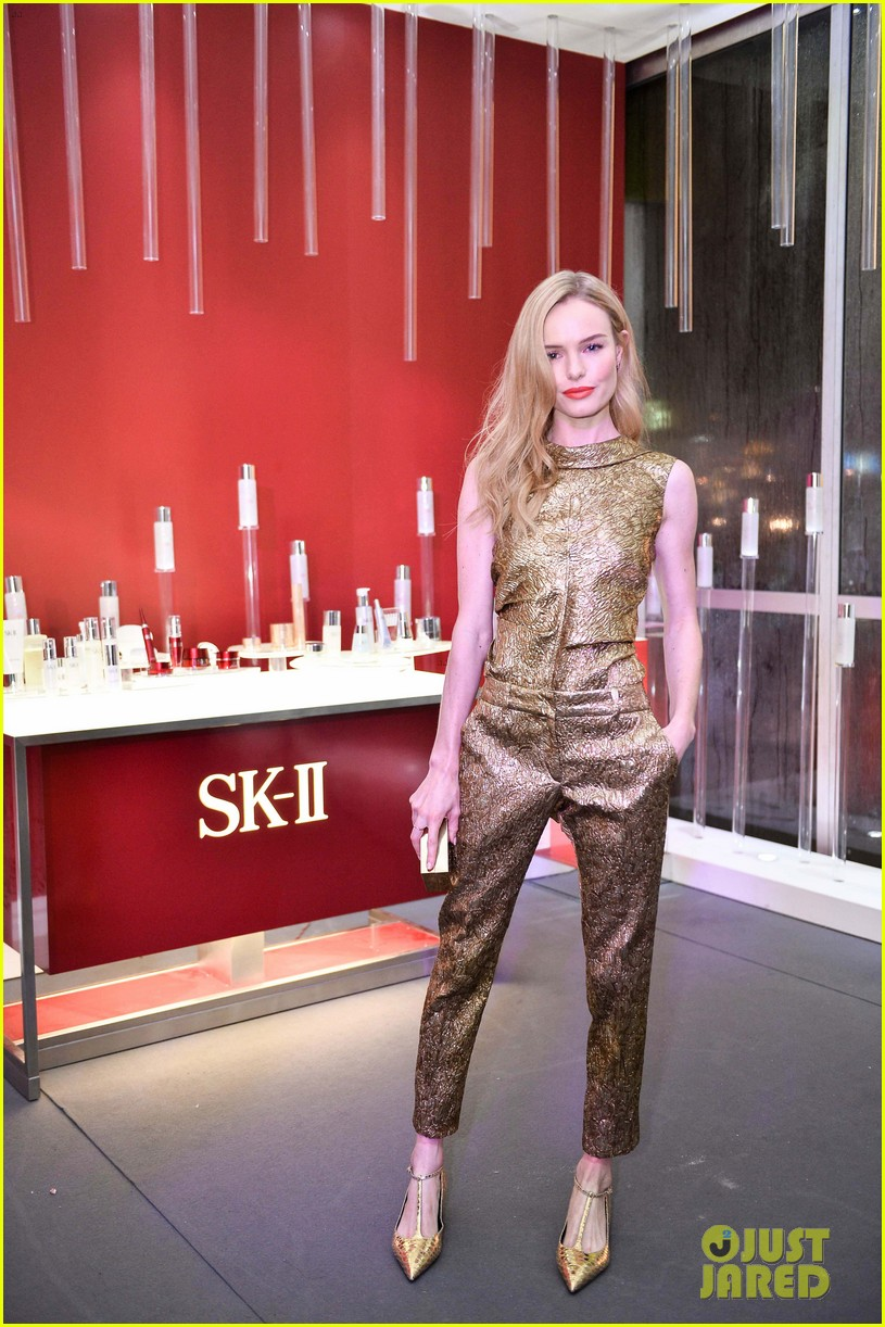 kate bosworth shimmers in singapore at skii fashion show 05