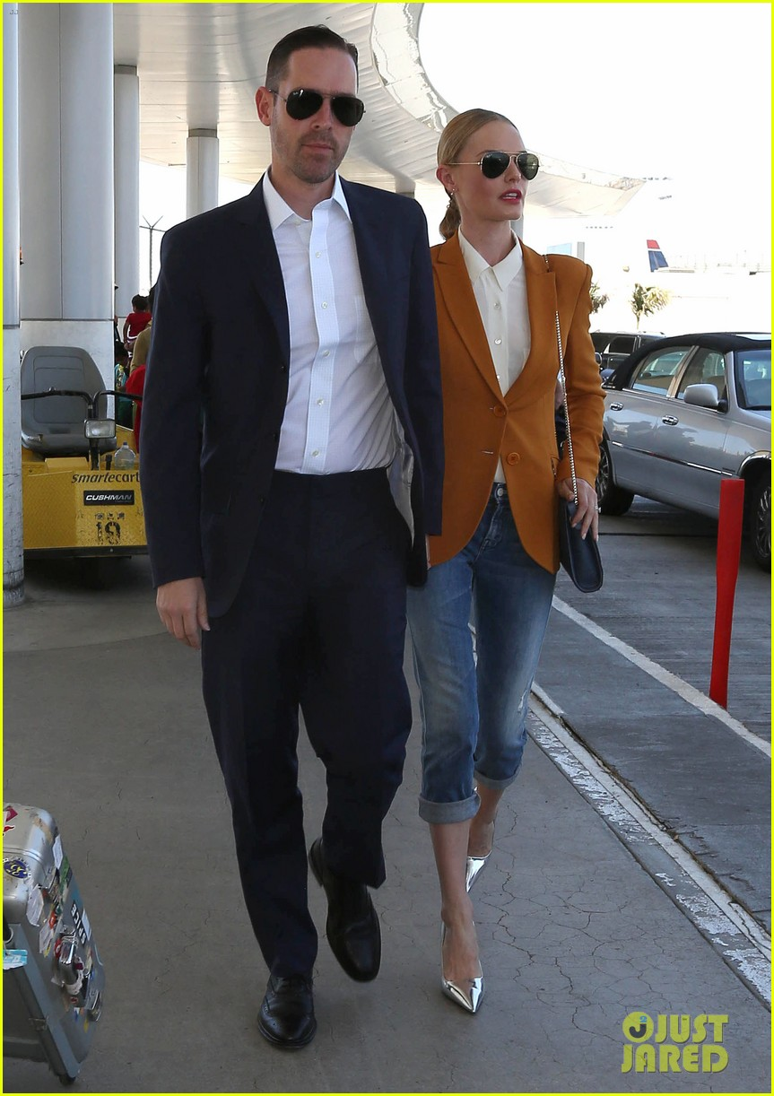kate bosworth has a surreal moment at the airport 01