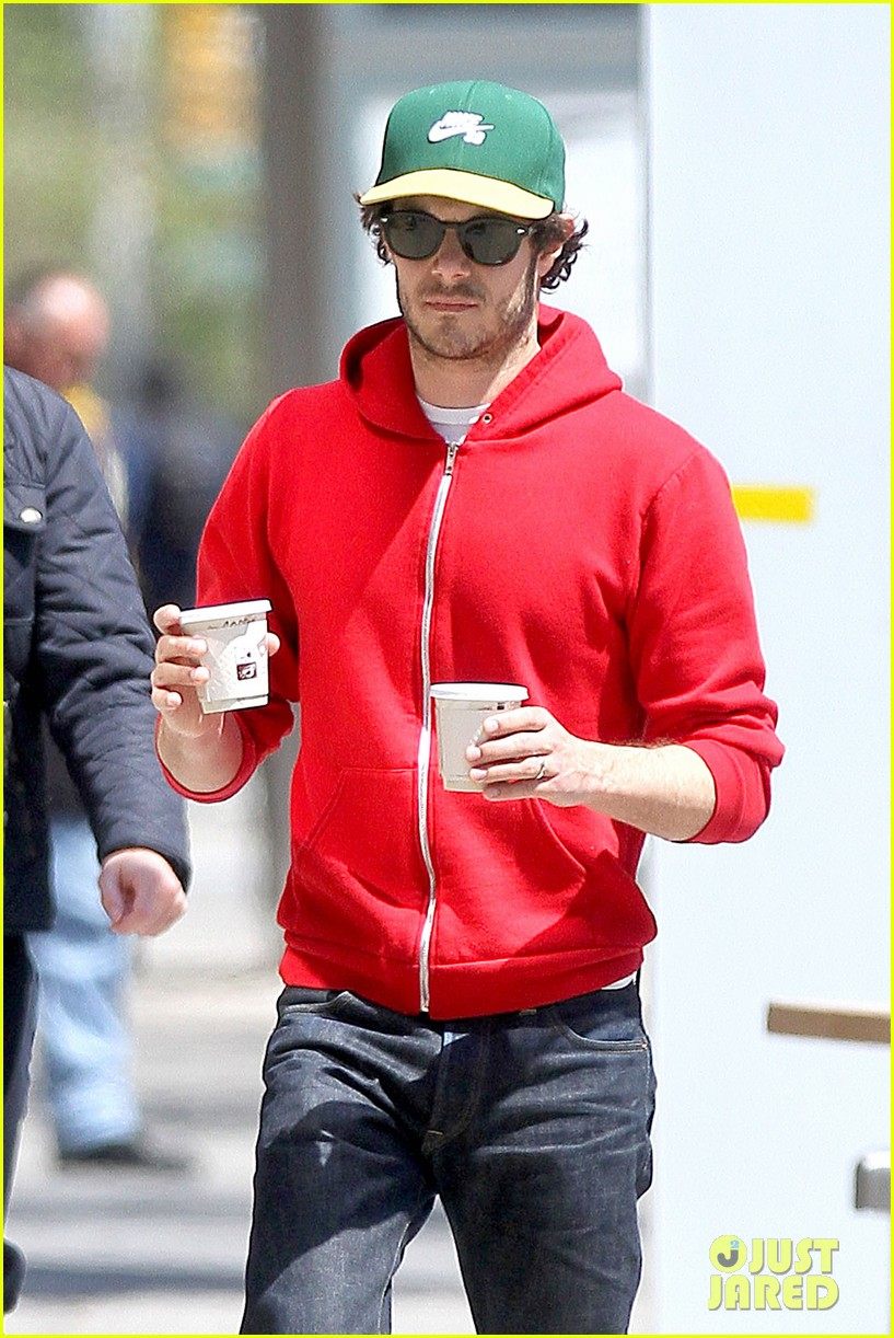adam brody spends his saturday morning outside in the sun 02