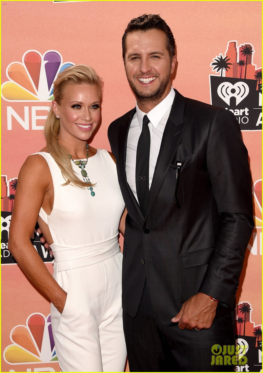 luke bryan wife caroline kiss at iheartradio music awards 2014 053103258