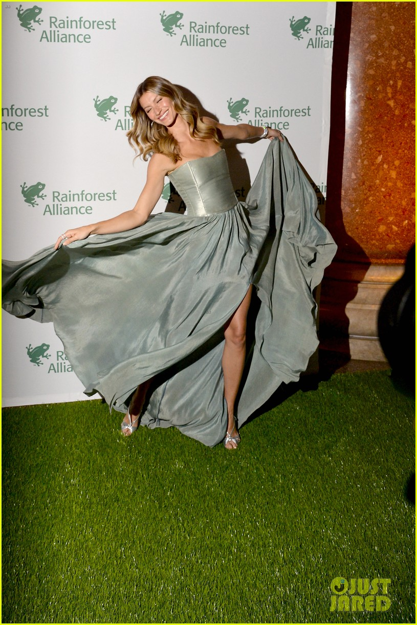 gisele bundchen playfully poses with her dress 06