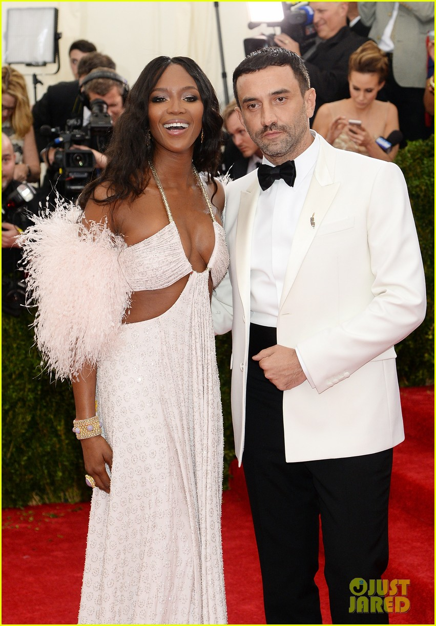 naomi campbell rocks sexy cutouts at met ball 2014 02