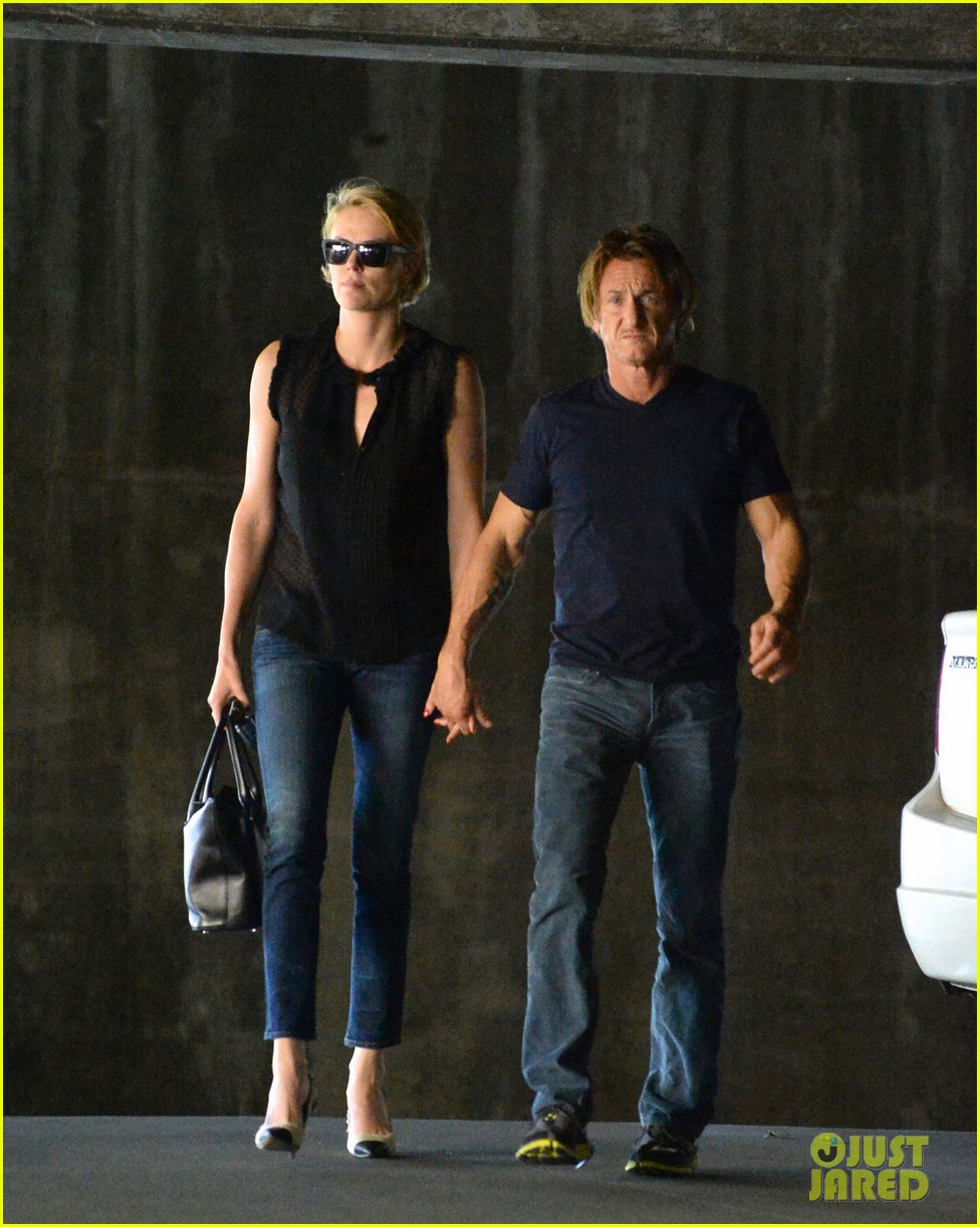 charlize theron sean penn hold hands before flight 05