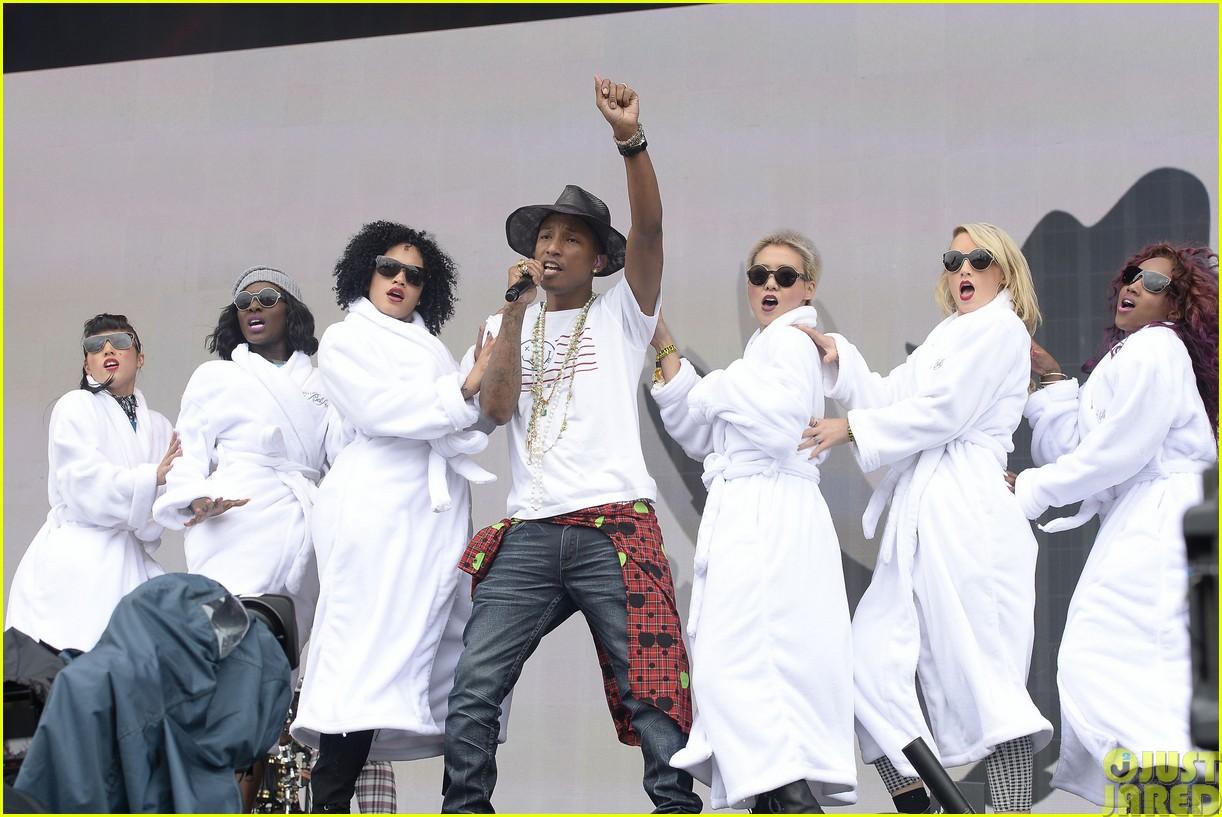coldplay and pharrell bring happy to radio 1 big radio weekend concert08