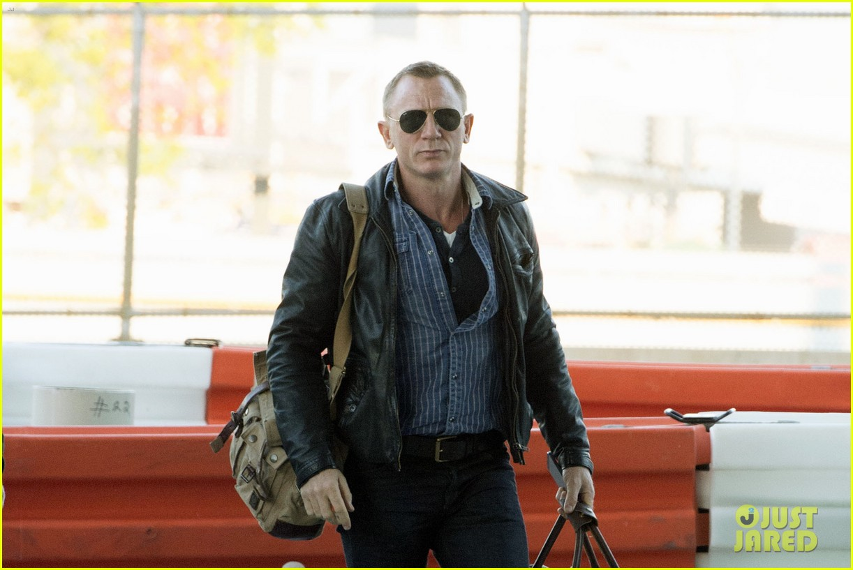 daniel craig keeps it cool for nyc departure 02