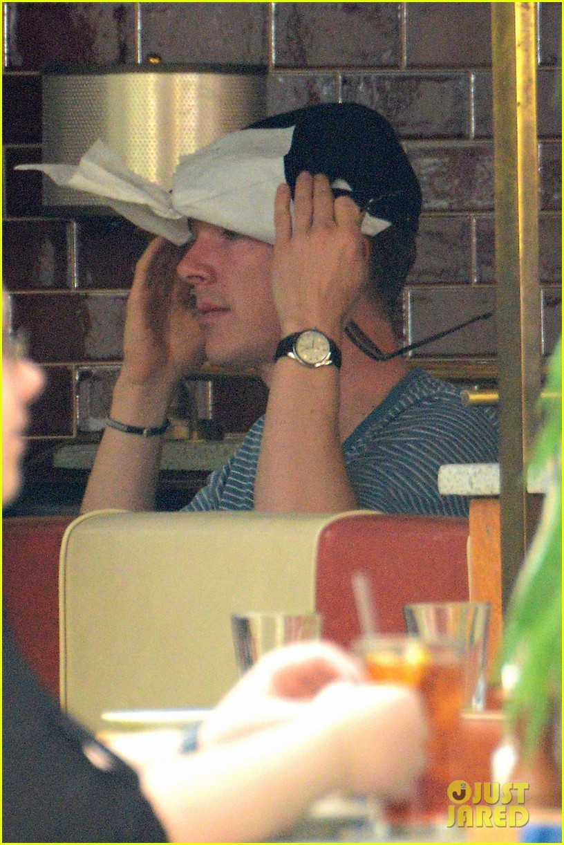 benedict cumerbatch lunches with dakota johnson decorates his face with napkins 03