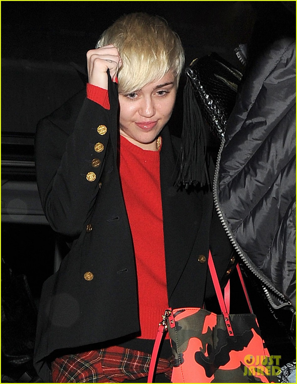miley cyrus enters club fully clothed leaves in bra 063109050