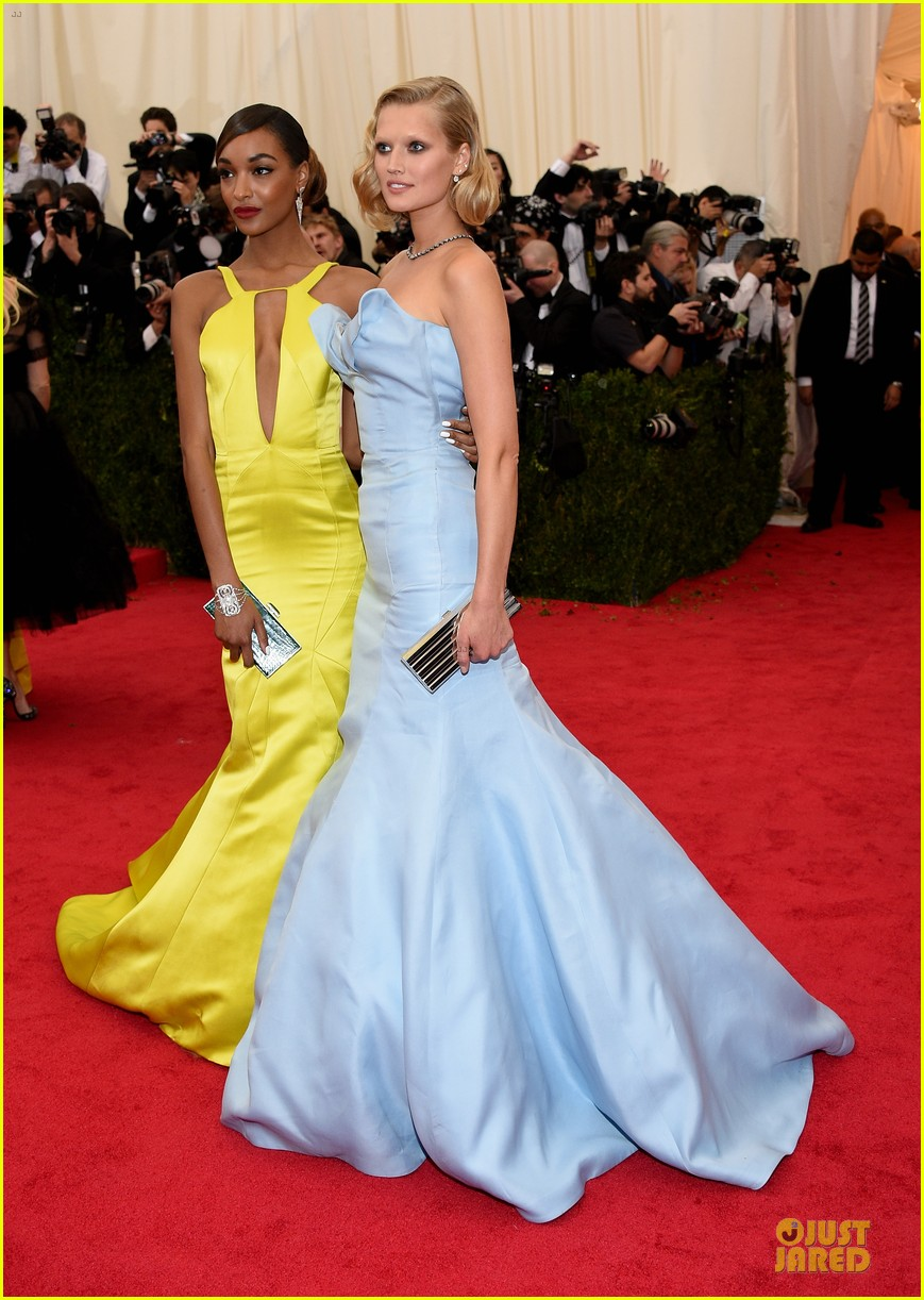 jourdan dunn plunging met ball 2014 02